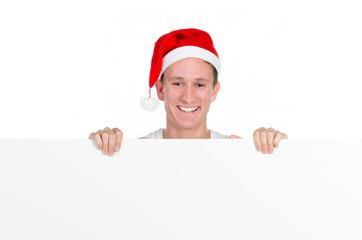 weihnachtlich gekleideter mann hält werbetafel