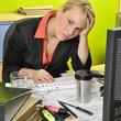 Frau völlig überarbeitet im Büro