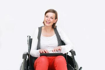 Rollstuhlfahrerin surft im Internet