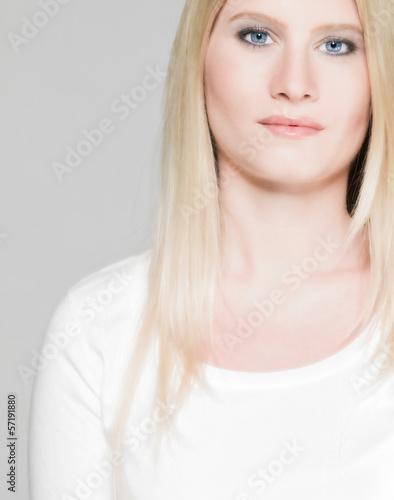 nachdenkliche junge Frau (25 Jahre), natürlich, blaue Augen