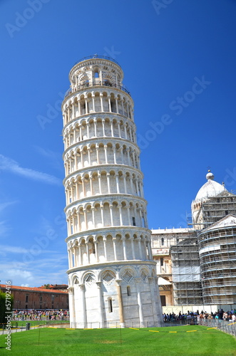 Turyści na Placu Cudów w Pizie, Włochy - 57192416