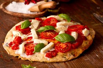 Pizza mit Mozzarella und Tomaten
