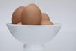 braune Hühnereier in weißer Schale