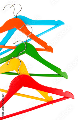 kolorowi-odziezowi-wieszaki-odizolowywajacy-na-bielu
