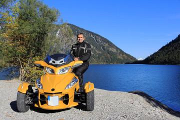 Gelbe Spyder am blauen See