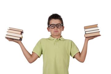 chico con libros en las manos