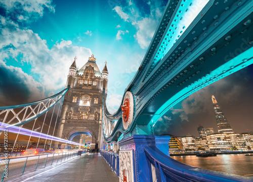 londyn-wspanialosc-tower-bridge-z-piekna-noca