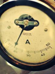 Vecchio amperometro analogicp