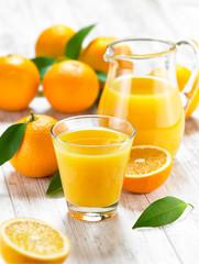 Orangensaft auf weißem Holz