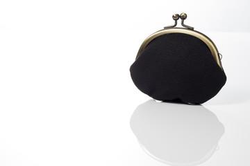 白背景に黒色のがま口財布