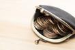 木のテーブルに財布とコイン