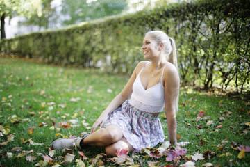 hübsche Frau im Park