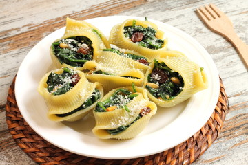 Stuffed pasta shells with spinach, raisins and pine nuts