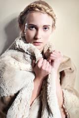 naturalna kobieta w futrze