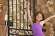 Jeune fille devant portail