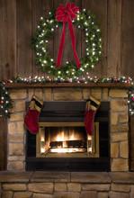 Noël âtre de la cheminée avec la guirlande et des bas