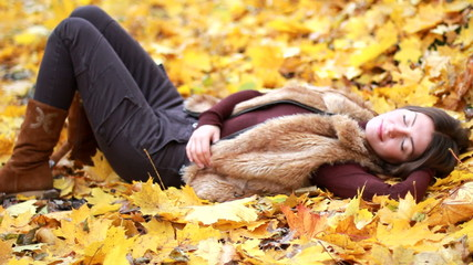 girl in the autumn park.