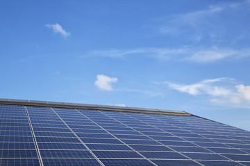 Solarpanele auf dem Dach eines landwirtschaftlichen Gebäudes in