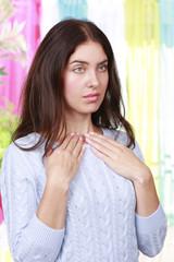 Frau mit Schilddrüsenbeschwerden - Woman thyroid complaints