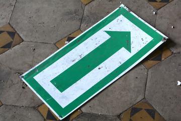 Schild auf dem Fußboden einer alten Fabrik