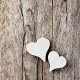 Fototapety Weiße Herzen vor Holzhintergrund
