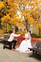 Piękna para młoda i kolorowe jesienne liście.