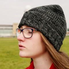 Mädchen mit Mütze und geschlossenen Augen