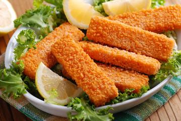 croccanti bastoncini di pesce nel vassoio
