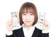 米ドルと円の紙幣を持った女性