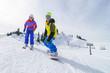 Snowboarder und Skifahrerin