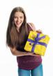 Teenager mit Geschenk