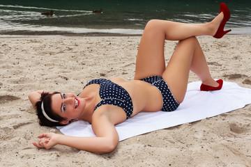 Sexy lachend Frau beim Sonnenbaden in High Heels