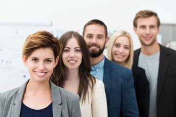 junge arbeitsgruppe im büro