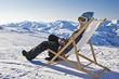 Jeune femme dans une chaise longue au ski