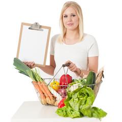 Junge Frau mit Klemmbrett und Gemüse