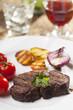 Gegrilltes Steak mit Petersilie auf einem Teller