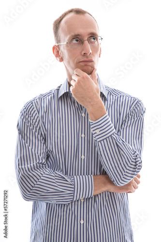 Mann mit Brille und Glatze ist besorgt oder nachdenklich