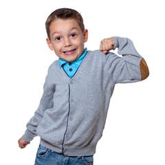 Junge zeigt seine Muskeln