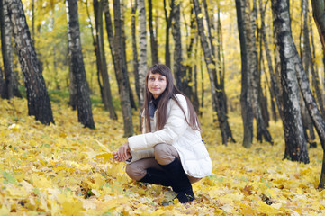 Young smiling woman rest in the autumn park