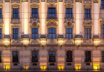Fasada Uniwersytetu Wrocławskiego w nocy