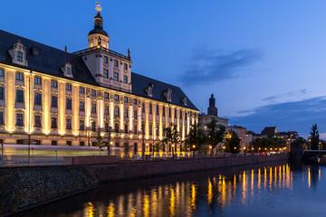 Siedziba Uniwersytetu Wrocławskiego wieczorem
