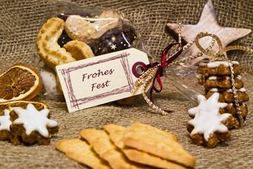 Weihnachtsgebäck mit Geschenkanhänger, Frohes Fest