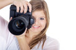 Junge Fotografin mit Kamera lächelt