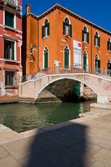 Pont et canal à Venise
