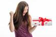 Mädchen mit Weihnachtsgeschenk