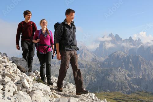 canvas print picture Jugendliche wandern in den Bergen