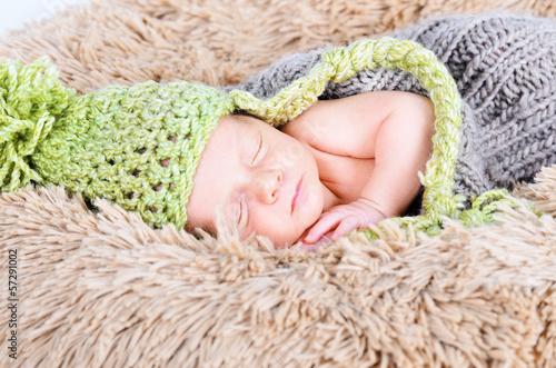Newborn mit Mütze