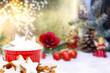 Zimtsterne vor Weihnachtsdekoration