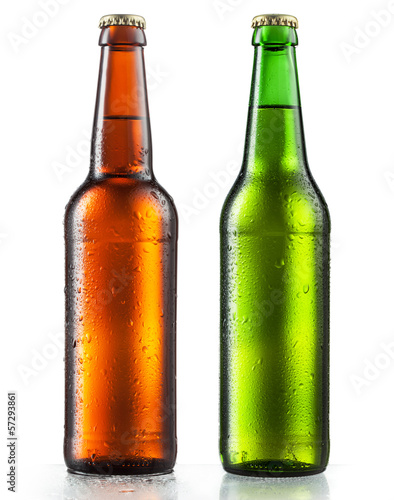 Fotobehang Bier Bottles of beer with water drops on white background