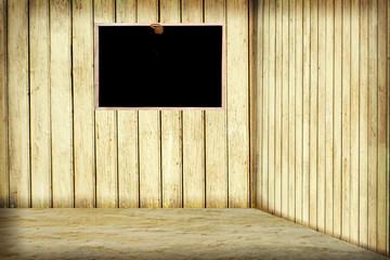 Raum mit Bretterwand und Schultafel